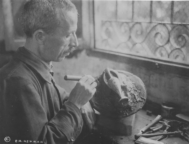 Damasquinador en Toledo hacia 1915.Fotografía de Edward Manuel Newman. The Hispanic Society of America