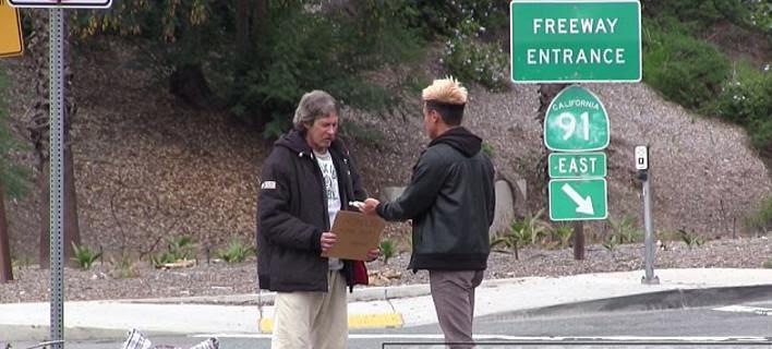 Συγκλονιστικό: Νεαρός δίνει 100 δολάρια σε άστεγο και τον παρακολουθεί για να δει πώς θα τα ξοδέψει- Το αποτέλεσμα ξαφνιάζει [εικόνες και βίντεο]