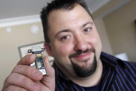 Radcliffe muestra el aparato que usó para 'piratear' la bomba de insulina.| Ap