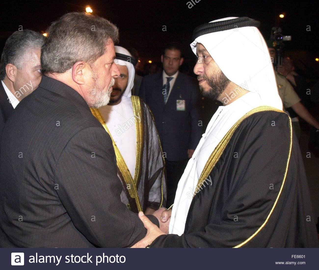 Os Emirados Árabes Unidos vice-primeiro-ministro Sheikh Sultan bin Zayed Al Nahyan (R) recebe o presidente brasileiro Stock Photo