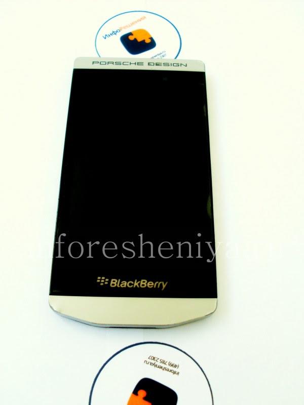 Разборка BlackBerry P'9982 Porsche Design: Here it is, the BlackBerry P'9982 Porsche Design, ready for taking apart. / Вот он, BlackBerry P'9982 Porsche Design, готовый к разборке.