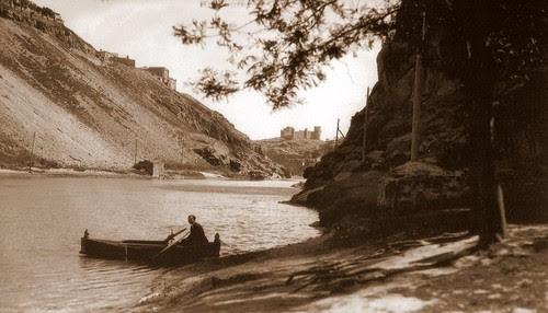 Barca cruzando el Tajo