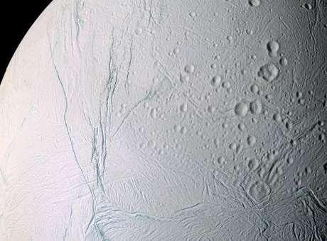Nasa encontra evidências de água líquida em lua de Saturno