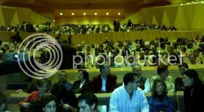 El público asistente a la gala de Clausura, decepcionados porque la Pataki no vaya ya de rubia