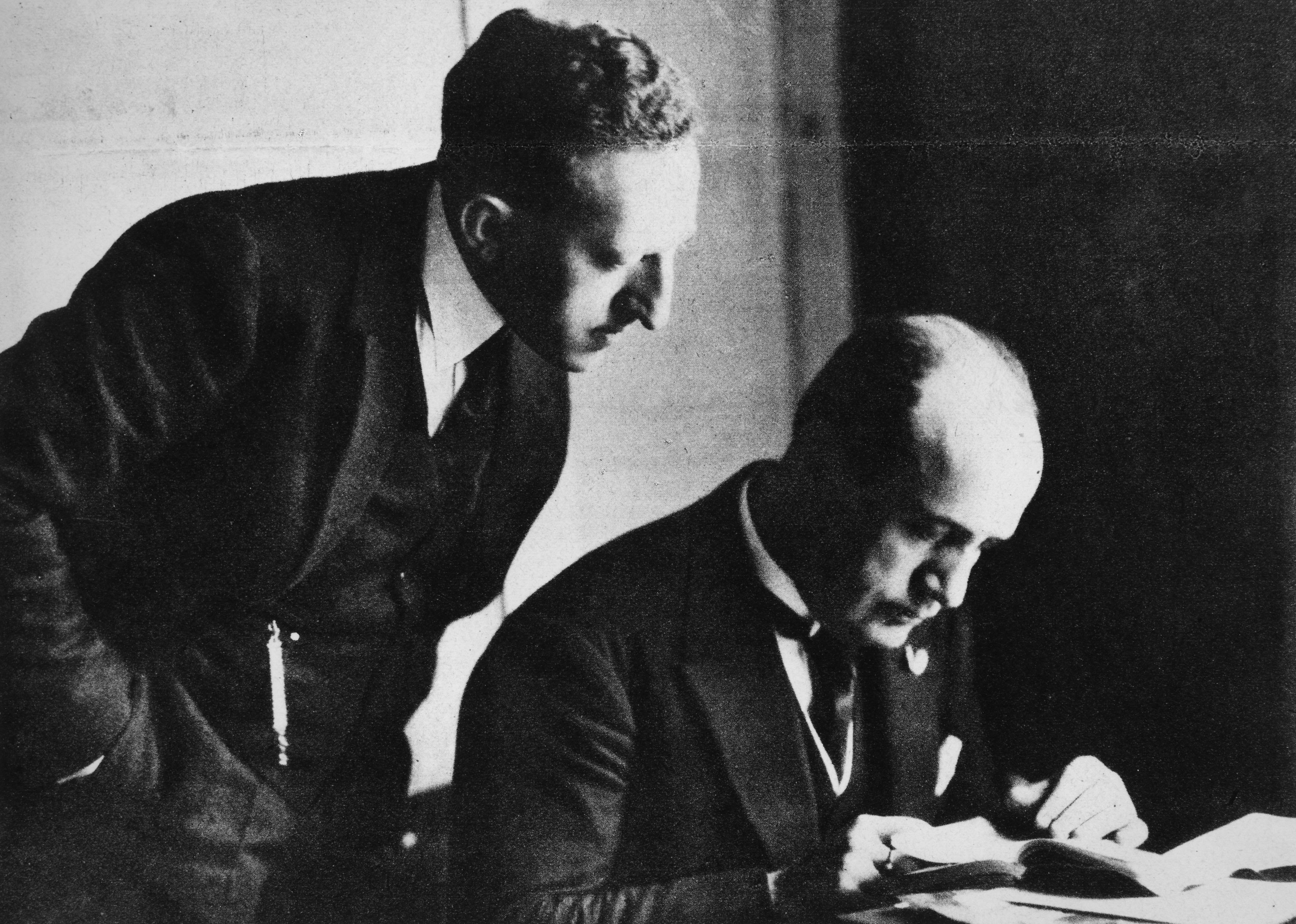 Benito Mussolini intento a redigere una lettera