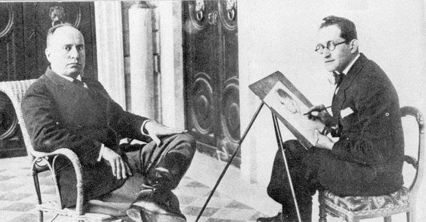 O ditador italiano Benito Mussolini (à esq.) é retratado por um artista, em foto de data desconhecida