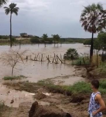 VÍDEOS: Rio com grande volume de água após chuva de 120 milímetros em São Vicente, na tarde deste sábado (26)