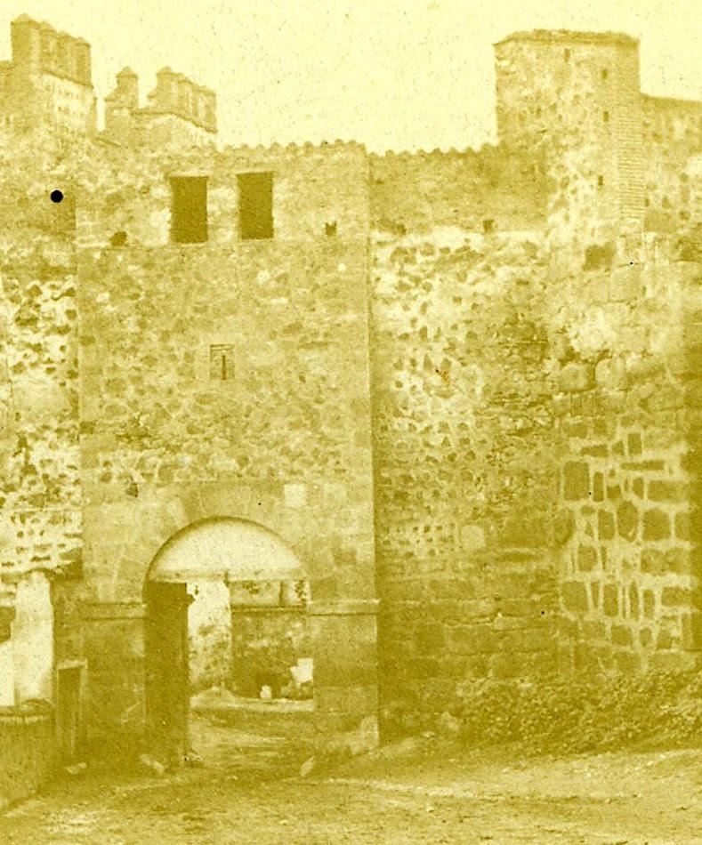 Parte trasera de la Puerta de Alcántara antigua situada junto al Puente de Alcántara y demolida en julio de 1864. Fotografía estereoscópica francesa