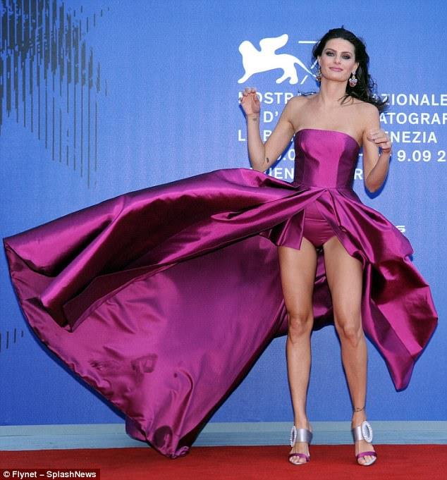 Opa!  Isabeli Fontana revelou um pouco demais ao posar no tapete vermelho ao vento no 74º Festival de Cinema de Veneza na sexta-feira