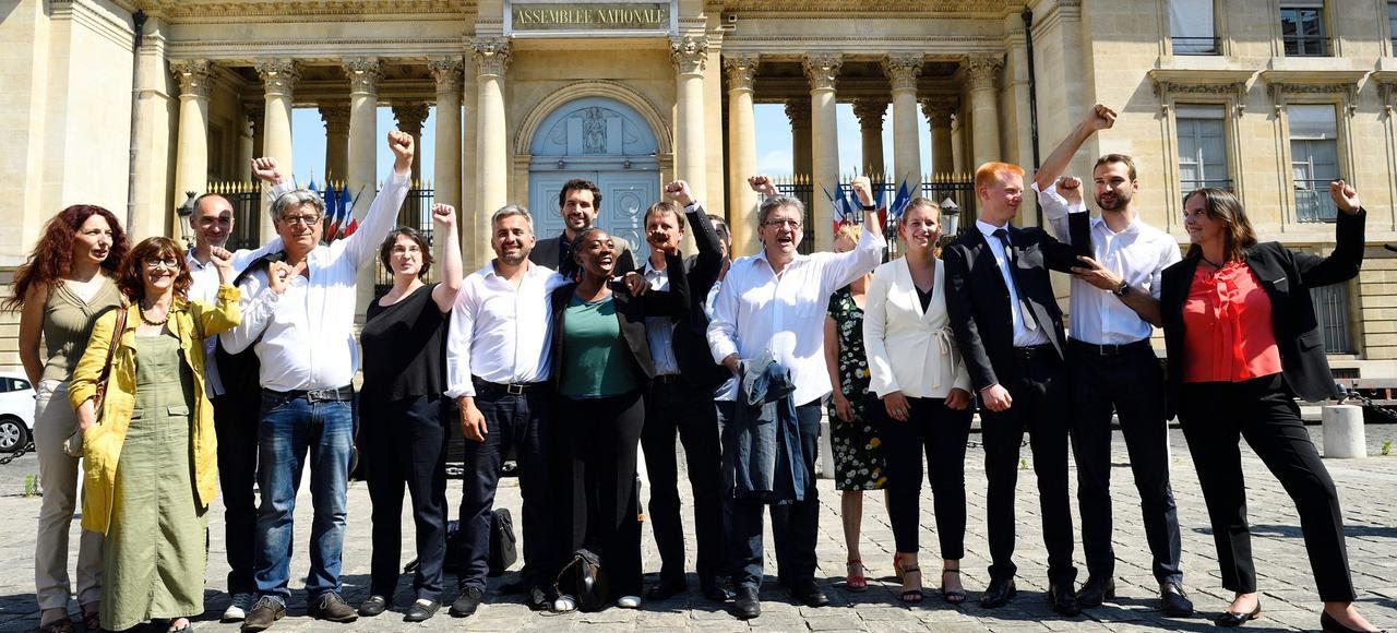 Jean-Luc Mélenchon et ses députés insoumis devant l'Assemblée nationale la semaine dernière.
