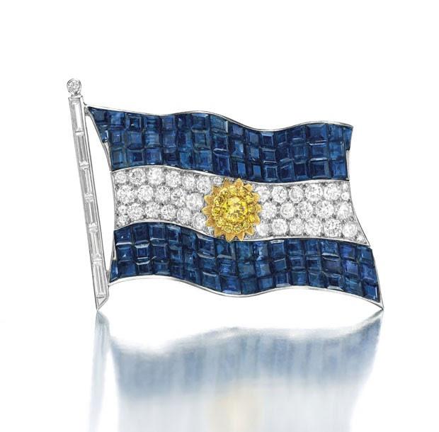 Broche no formato da bandeira argentina deve alcançar até US$ 500 mil R$ 1,11 milhão) em leilão (Foto: Christie's/AP)