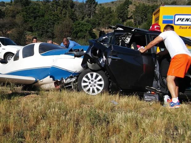 Avião atingiu carro ao cair na Interstate 15, no sul da Califórnia, no sábado (2) (Foto: Reprodução/Twitter/gohead287 )