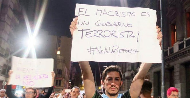 Un hombre sostiene un cartel durante una protesta en Buenos Aires. | MIREIA SEGARRA (EFE)