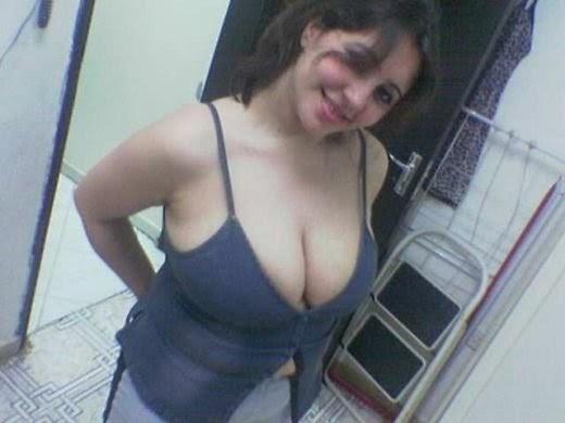 Angreji Beat: desi hot bhabhi sexy cleavage show