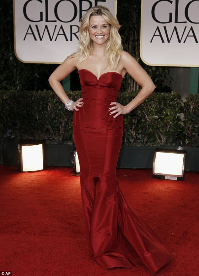 Dama de vermelho: Reese Witherspoon mostrou uma forma ampulheta em um vestido escarlate atemporal por Zac Posen