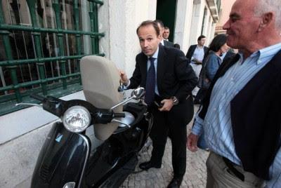Ministro do CDS troca vespa por carro de 86 mil euros
