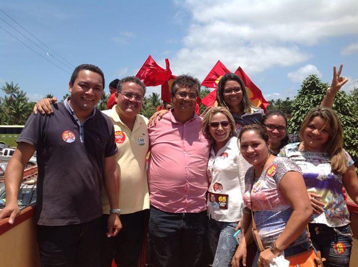 Walter França Júnior, ao lado do senador Roberto Rocha, do governador Flávio Dino, e do sua esposa, a vice-prefeita de Godofredo Viana, Karinne Silva Andrade (atrás do comunista, de óculos)