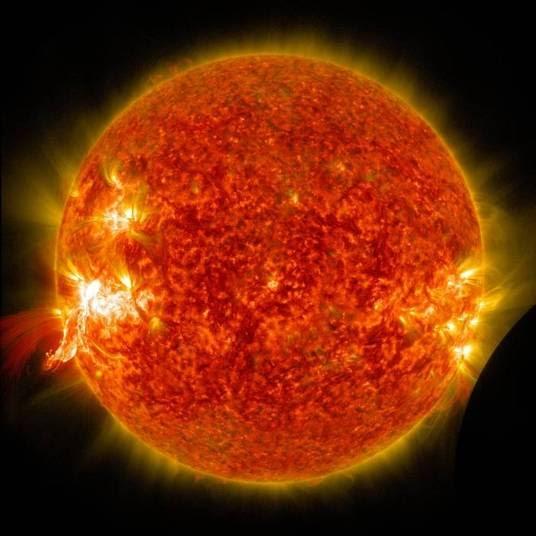 Neil começa pelo centro do sistema solar, o Sol. Segundo ele, é completamente impossível existir qualquer tipo de vida no astro. Qualquer coisa viva que chegasse próximo ao Sol seria completamente evaporada