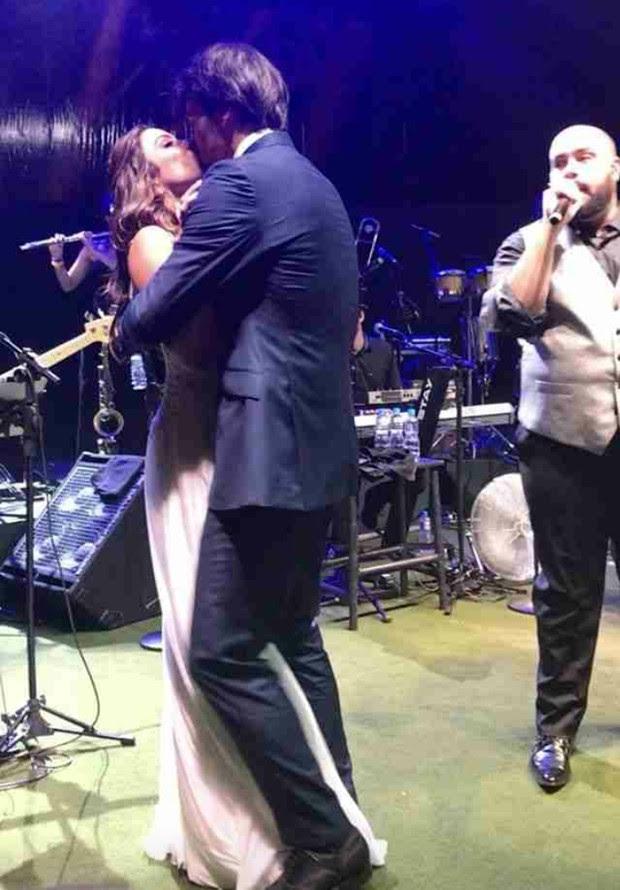 Noivos se beijam durante show de Tiago Abravanel (Foto: Reprodução/Instagram)