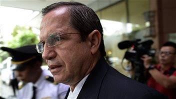 Le ministre équatorien des Affaires étrangères, Ricardo Patino, quittant son hôtel à Hanoi, au Vietnam, le 24 juin.