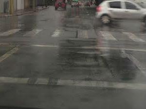 Faixa de pedestre dupluicada confunde motoristas na avenida Heitor Villa Lobos, no centro da cidade. (Foto: Carolina Teodora/G1)