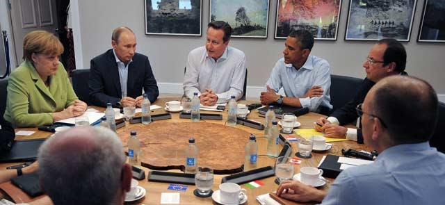 Merkel, Putin, Cameron, Obama y Hollande discuten en torno a la mesa de la cumbre del G-8 en Irlanda del Norte, hace cinco días. REUTERS/Ben Stansall