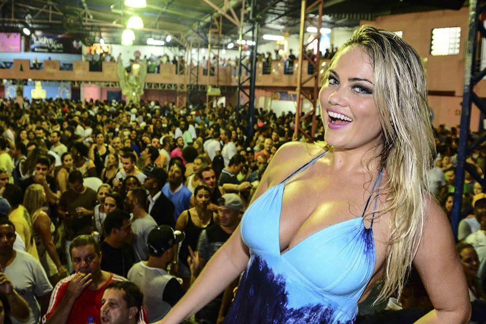 Ellen Rocche é rainha de bateria da Rosas de Ouro / Leo Franco/AgNews