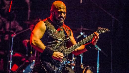 O ótimo guitarrista Marc Rizzo, parceiro de Max Cavalera no Soulfly há uns 15 anos, debulha a guitarra