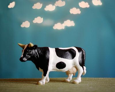 Fotografía de una vaca con nubes sobre ella con efectos de la cámara bricolaje