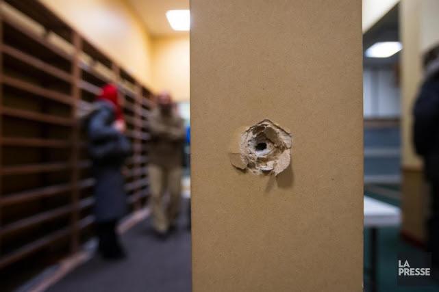 Des trous de projectiles sont bien visibles au... (PHOTO OLIVIER JEAN, LA PRESSE)