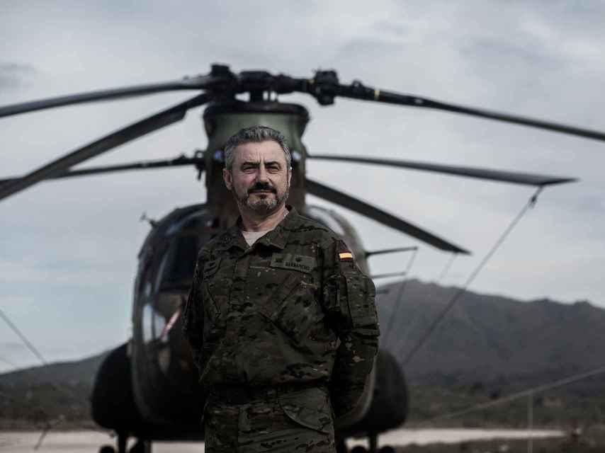 El comandante Barbancho posa para EL ESPAÑOL frente a un helicóptero Chinook.