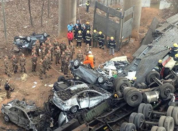 Carros e caminhões são vistos amontoados após a explosão e a queda da ponte (Foto: Reuters)