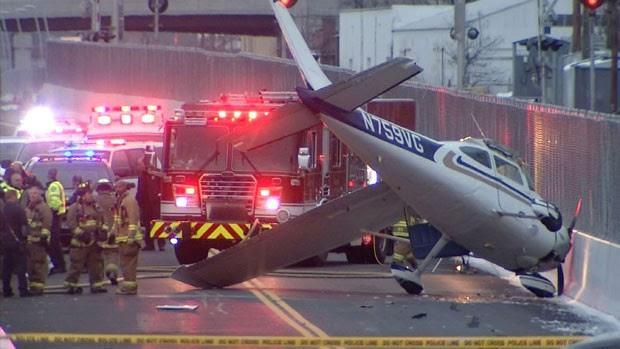 Piloto de avião sobreviveu após aeronave cair em rodovia neste sábado (29) nos EUA (Foto: NBC Connecticut News, Gregg Monte/AP)
