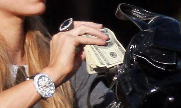 Detalhe do tijolão de dólares de Paris Hilton (Foto: AKM/GSI)