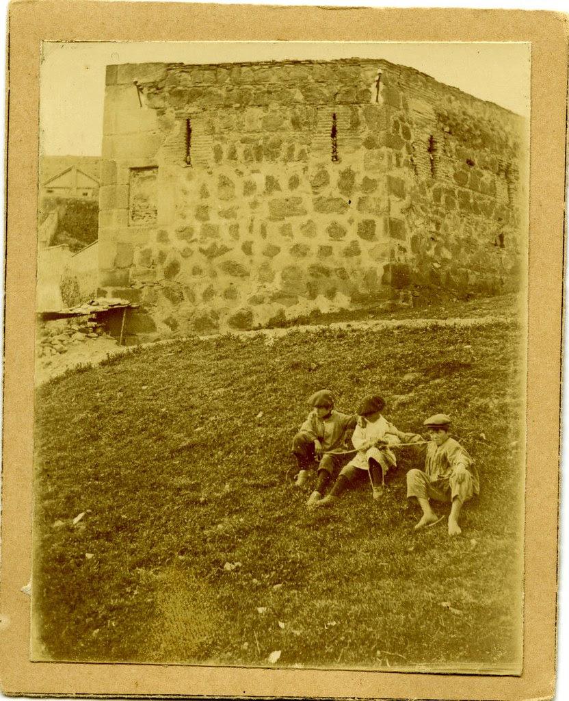 Torreón pentagonal junto a la Puerta del Vado a principios del siglo XX. Fotografía de D. Pedro Román Martínez. Diputación de Toledo, Centro de Estudios Juan de Mariana