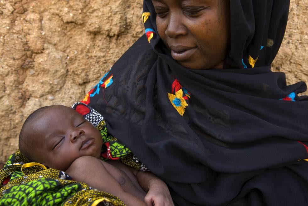 Un madre sostiene a su bebé.