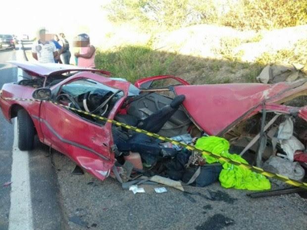 Carro invadiu a contramão na BR-232; três pessoas morreram (Foto: Divulgação/PRF)
