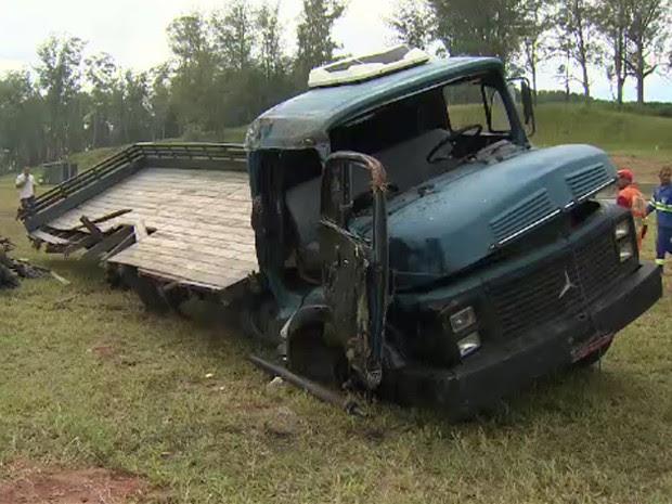 Acidente com caminhão fecha os dois sentidos da Dutra em Pinda, SP (Foto: Reprodução/ TV Vanguarda)