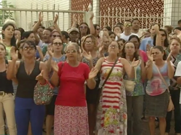 Professores fizeram protesto na porta da Prefeitura de Santo Antônio do Descoberto, em Goiás (Foto: Reprodução/TV Anhanguera)
