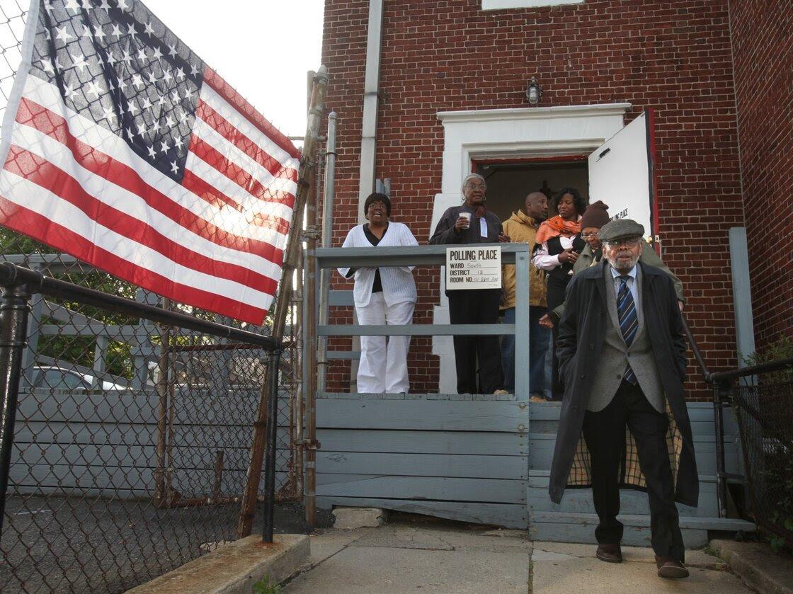Amiri Baraka deja el lugar de votación después de votar en Newark, Nueva Jersey, en 2010.  El hijo de Amiri, Ras Baraka, está actualmente en ejecución a la alcaldía.
