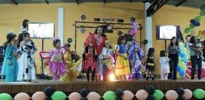 La presidenta de la Casa Canaria, Teresa Rodríguez, con los niños.