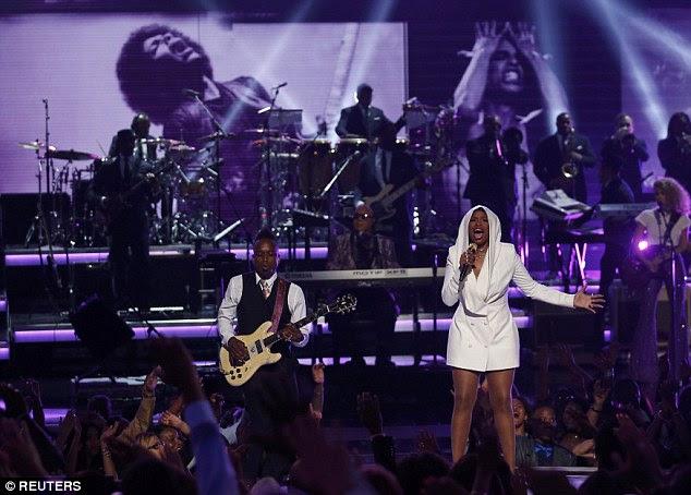 Stellar: Jennifer foi acompanhada por Stevie Wonder no piano