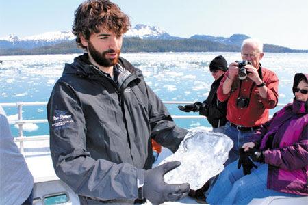 빙하 유람선을 타고 작은 유빙(流氷) 덩어리를 만져보
