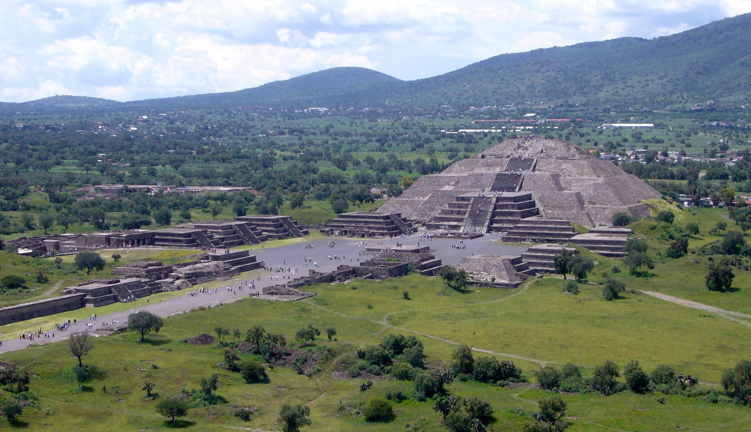 http://upload.wikimedia.org/wikipedia/commons/a/a1/Piramide_de_la_Luna_072006.jpg