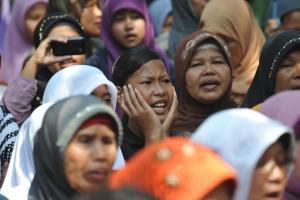 Musliminnen bei der Zerstörung einer protestantischen Kirche