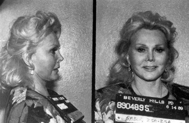 A diva húngara da era de ouro de Hollywood, Zsa Zsa Gabor, foi parada por um guarda de trânsito em 1989 e, em vez de encarar a situação de frente, deu um tapa no rosto do oficial. Ficou três dias numa prisão de mulheres por causa disso. Zsa Zsa completa 98 anos de vida em fevereiro de 2015. (Foto: Getty Images)