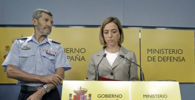 El nuevo miembro de las listas de Podemos para las generales, Julio Rodríguez, junto a Carme Chacón cuando la socialista era ministra de Defensa y él jefe del Estado Mayor de Defensa.- EFE