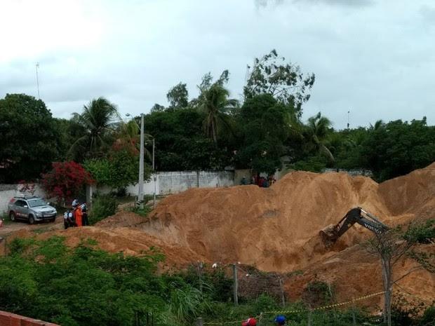 Uma retroescavadeira está sendo utilizada para retirar a terra e chegar ao corpo que está na fundo da cacimba (Foto: Carlos Marlon/ TV Verdes Mares )