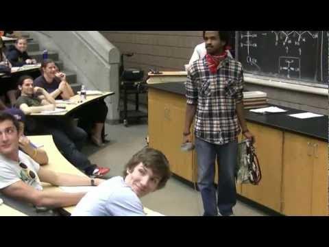 video que muestra a un grupo de jovenes interpretando una escena de el zorro en clase de la universidad de Michigan