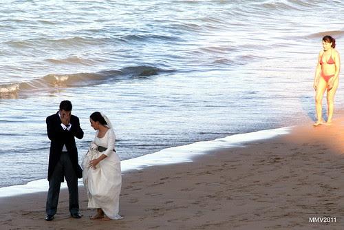 unos novios en la playa